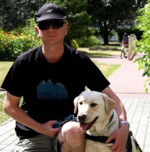 Adam Wojtoń ze ze swoim psem przewodnikiem na spacerze